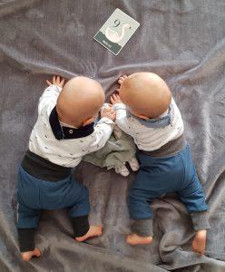 """Unsere Zwillinge sind nun 9 Monate alt. Das Foto hinzubekommen ist so schwer geworden. Am allerliebsten wollen sie die """"Karte"""" fressen."""